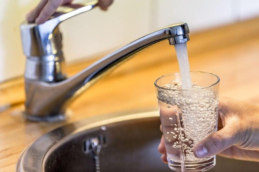 Allarme fibre di plastica nell'acqua del rubinetto, tutto il mondo è colpito da questo problema