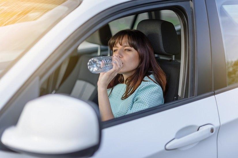 Quando fa caldo è bene stare attenti a non lasciare mai l'acqua delle bottiglie di plastica nei luoghi in cui le temperature sono alte. Questo vale anche per le bottigliette che spesso si usa portare in macchina e dimenticare negli appositi scomparti o sui sedili, quando ci si allontana dall'auto.
