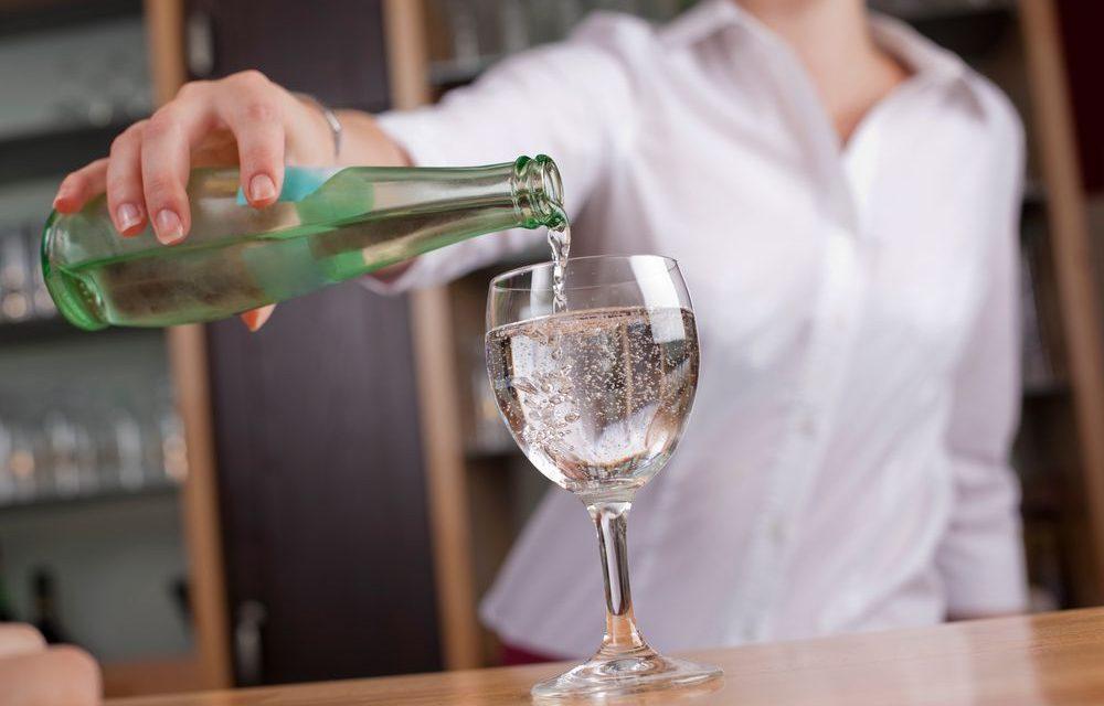 spillatore-acqua-bar-versare-acqua-potabile