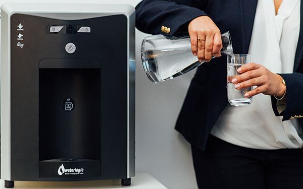 waterlogic-distributore-acqua-ufficio-donna-beve